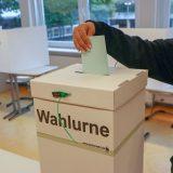 Und schließlich in die Wahlurne.